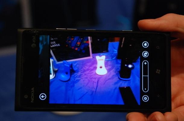 Společnost Nokia představila na CES 2012 nový mobilní telefon Nokia Lumia 900